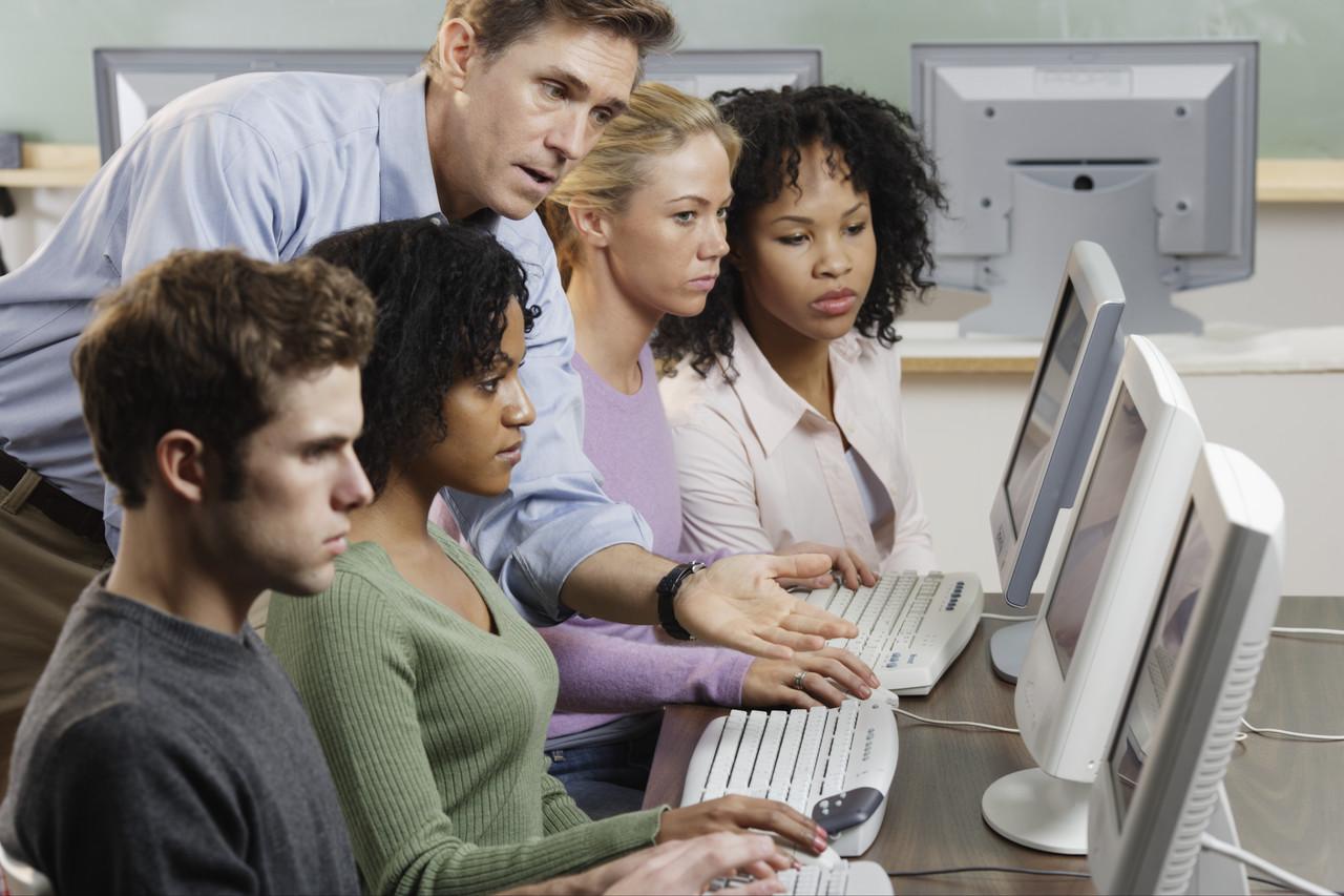 pierwsza praca, młodzi pracownicy przy komputerach