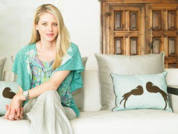 Kobieta siedząca na kanapie